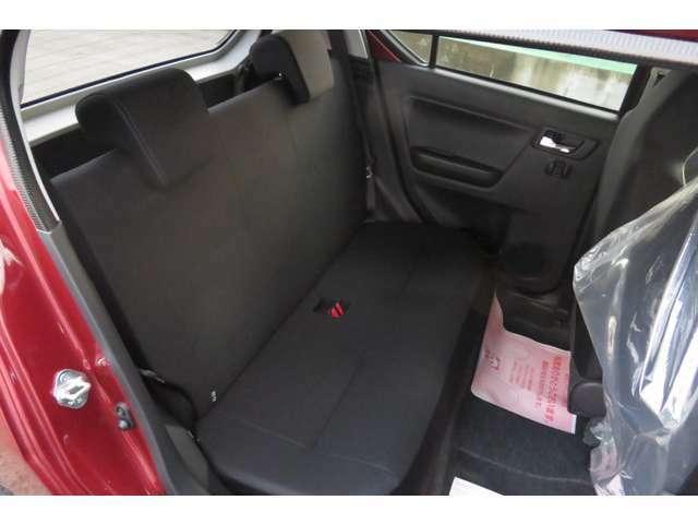 後部座席のシートは黒色になっており、ヘッドも取り外しも可能になtっております。また、ちチャイルドシートシートも固定できるように作られています。