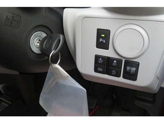 カギは回してエンジンをつけるタイプですが、車の解除とロックはカギを押すだけでできます!ヘッドランプの高さ調節や安全装備のオンオフもできるように運転席にスイッチが用意されております。