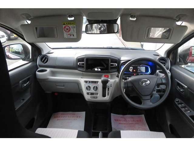 運転席&助手席のサンバイザーにはミラーが付いており、ドリンクバーは両サイドに一個ずつついております。