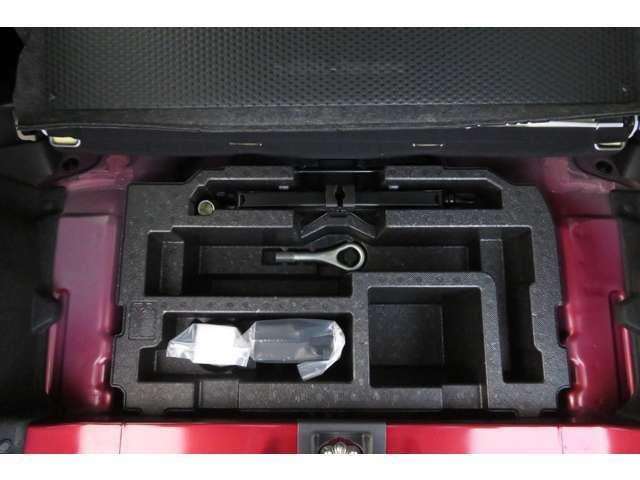 スペアタイヤレス&タイヤパンク応急修理セットがあります。