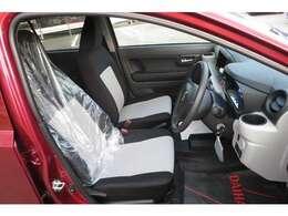 運転席&助手席のシートはヘッドレストと一体化になっつているバケットシートになっております。黒とグレーになっていてスポーツカーぽいですね♪♪