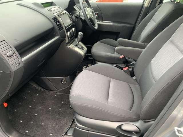 運転席側・助手席側どちらにもアームレストがついておりますのでゆったり乗れますね♪長時間乗車しても疲れにくい車両となっております♪
