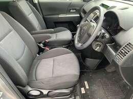 運転席側の足元も広くストレスなく運転できる車両となっております♪マットなども綺麗で清潔感あふれる車内となっております♪気になる匂いなどもございません♪