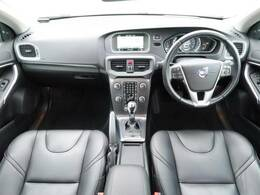アイスホワイト!!V40 T4 SE が入庫いたしました!人気のボディ色でシートヒーター・電動シート・クルコン機能など装備充実の一台です!内外装の状態も良好なお車です!