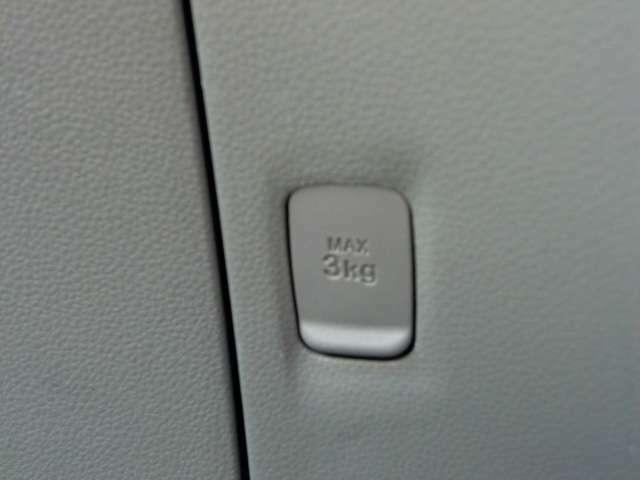 助手席側に、あると便利なコンビニフック♪あります。