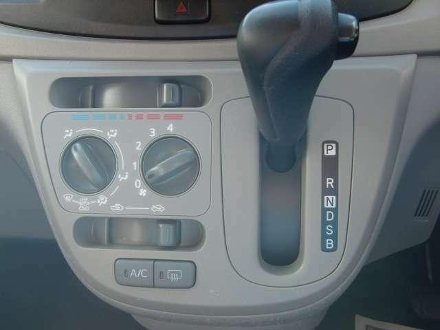 操作のしやすいダイアル式マニュアルエアコンです。