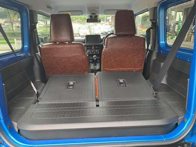 後部座席は折りたたむ事ができるので荷物のスペースも充分です!