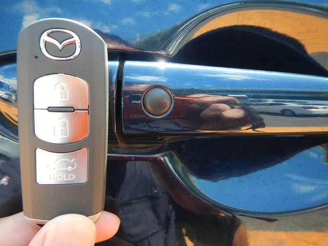 ドアの開け閉めラクラクなスマートキーを装備です。