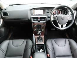 H30年式 V40 T3 インスクリプションがご入庫致しました!外装は人気のアイスホワイト、内装は高級感のある黒革シートとなっております。プレミアムサウンドやシートヒーターなどついた装備充実の一台です
