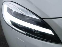 ◆アクティブハイビームLEDヘッドライト『消費電力が少なく、明るいLEDヘッドライト。北欧神話に登場するトールハンマーをモチーフにデザインされたまったく新しいボルボを象徴するヘッドライトです。』