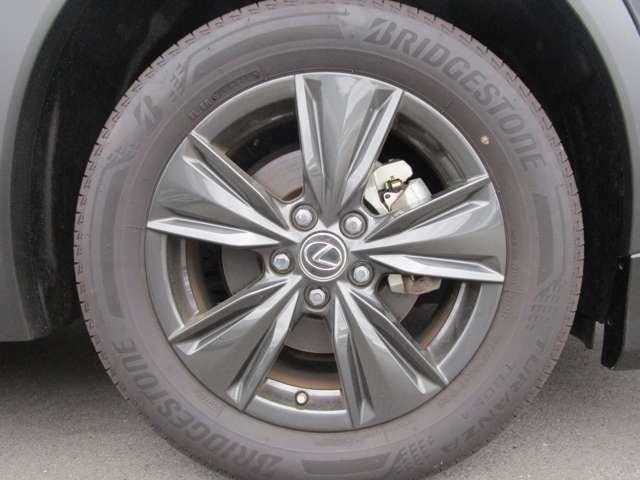 純正の17インチアルミホイール!タイヤの溝もまだまだあります!