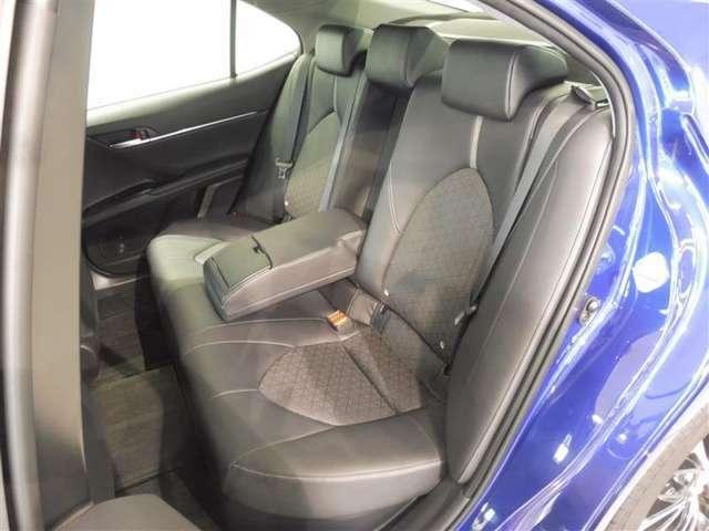リヤシートの背もたれ中央を前側に出すとアームレストとしてお使い頂けますので、長距離ドライブなどでの疲労軽減につながります。