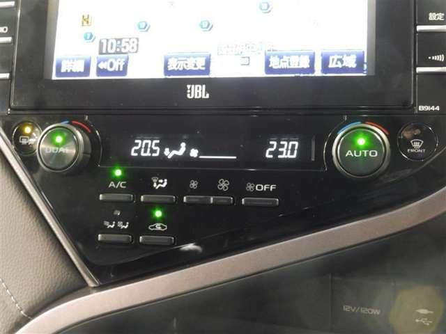 お好みの温度を設定すれば、お任せで車室空間を快適に保ってくれるオートエアコンを装備。左右独立で温度設定が出来ますので、助手席の方も快適です。