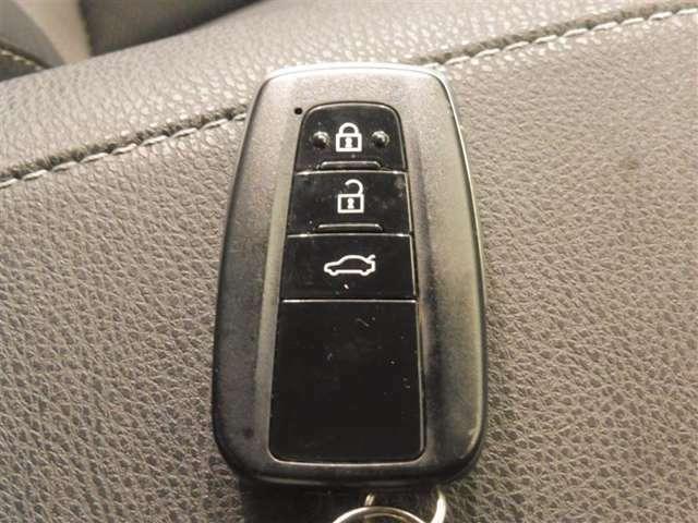 ポケットや鞄から出さずにドアロックの解錠施錠やエンジンの始動が出来る便利なスマートキー、とても便利な機能です。