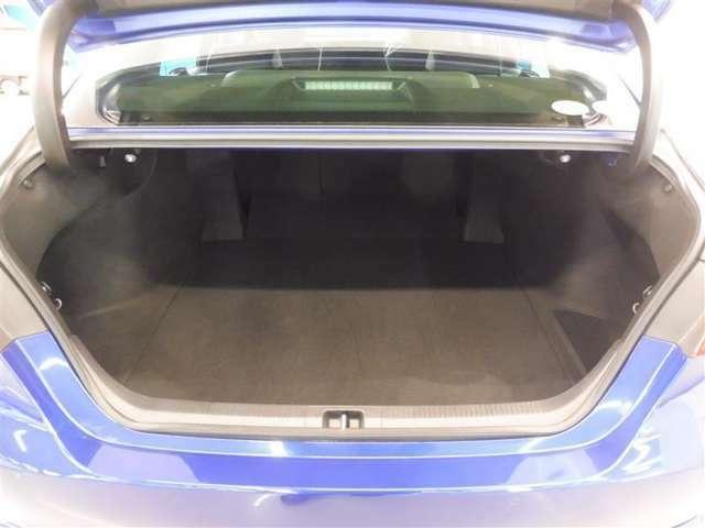 トランクフードを開けると大きな開口部とタップリ収納できるラゲッジスペース、荷物の出し入れもらくに行うことが出来ます。