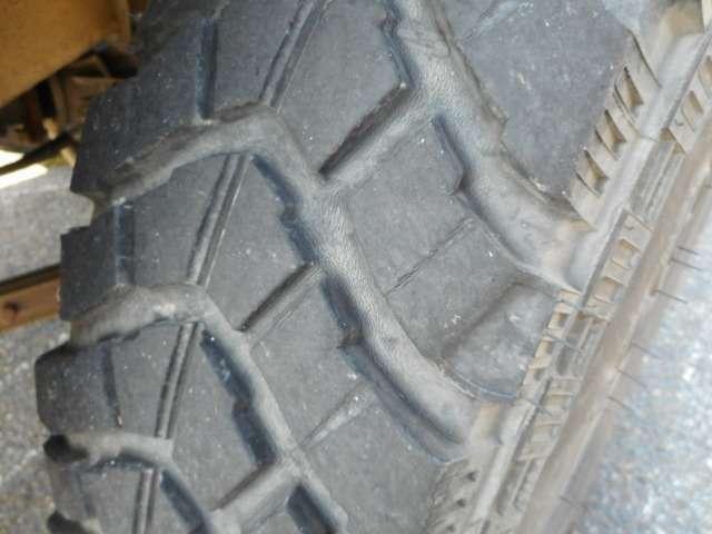 タイヤはヨコハマジオランダーMT6.5です。タイヤの溝は3部山。劣化もすすんでます。タイヤのお見積りもお気軽にお申し付け下さい。