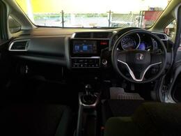 黒基調のモダンな車内装!取り回しやすいMT車をお探しの方にオススメです!