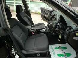フロントは運転席と助手席ともにパワーシート♪ 微妙なポジションの調整が出来て、とても便利です♪
