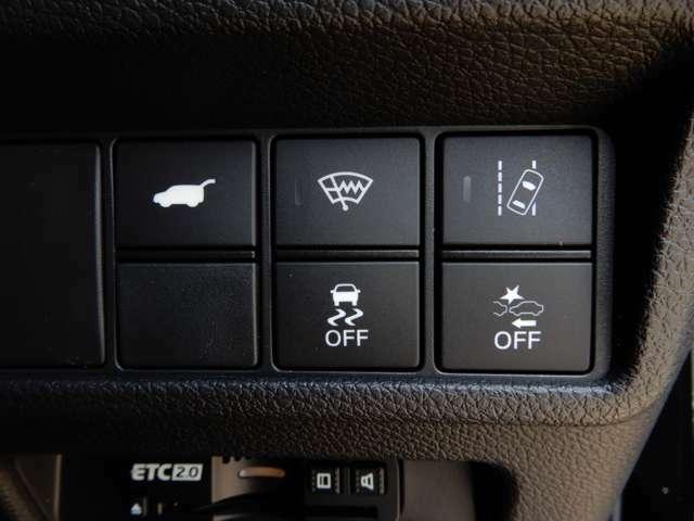 運転席右側に衝突軽減ブレーキ【CMBS】のスイッチや路外逸脱抑制システムのスイッチ、電動リアゲート等がついています。