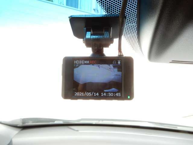 フロントガラスにドライブレコーダーがついてます。