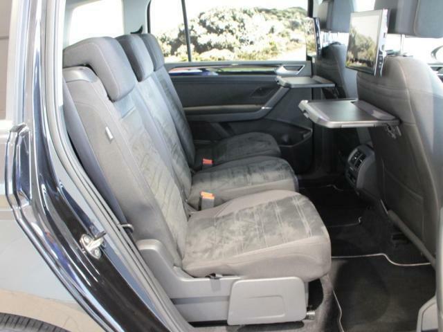 2列目にはドリンクホルダー付のトレーが備え付けられています。また、中央席を除く左右のシートはシートヒーター機能付きです。