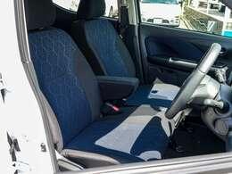 凹凸感のある生地にハニカム調エンボス加工を施した座り心地に優れたフロントシートは左右電熱シートヒーター装備で寒い朝も快適です!