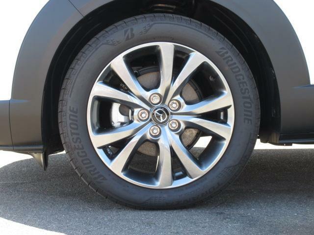 18インチ純正アルミホイールを装備。タイヤサイズは215/55R18となります。