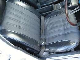 運転席側は少しシートの破れが有ります。