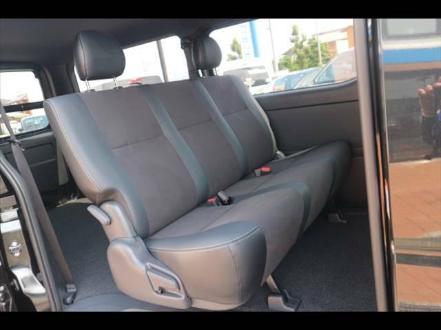 ハーフレザーシートのセカンドシートは大人もゆったりと座る事が出来るゆとりがあります。