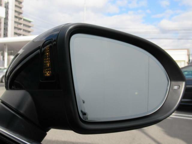 (レーンチェンジアシスト)10kmh以上で作動、後方70mまでの範囲をモニタリング。追い越し車両など死角に潜む危険を察知しドアミラーに内蔵されたランプやステアリングの補正でで注意を促してくれます。