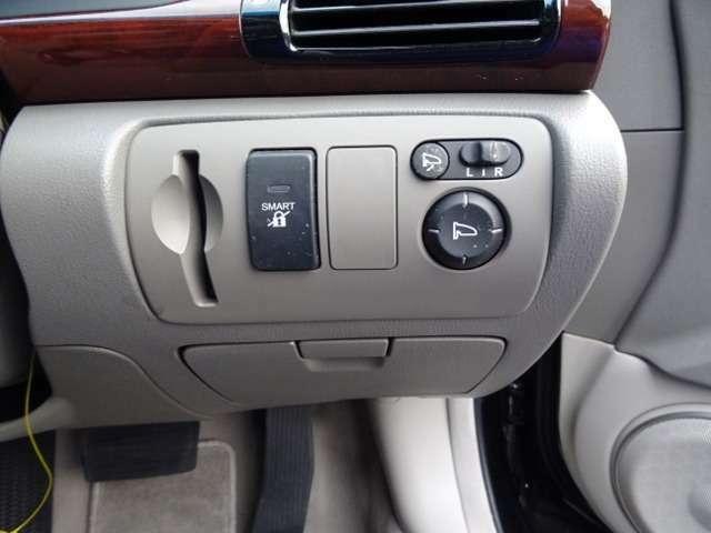 スマートカードキーシステム装着車です。カードキーは2枚御座います。優秀なシステムで近づくだけでドアロックが解除されたり施錠されたりします。
