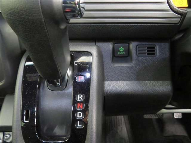 「ECONスイッチ」を押すと、運転の仕方によるロスを軽減し、燃費を良くするようクルマが頑張ります!エコ運転を心がけ、燃費向上にチャレンジしてみませんか!