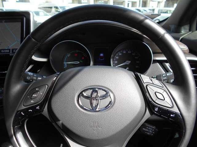 ステアリングスイッチ搭載!ハンドルから手を離さなくても、手元のスイッチで音量調節や選曲操作が出来ます。運転席に視線をそらさなくても操作が出来て安全です!