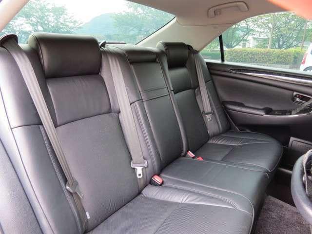 後部座席もきれいで、広々としているので快適にドライブできます!