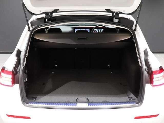 【フットトランクオープナー】大容量のトランクに、両手が塞がっていても車の下部に足をかざすだけで自動でトランクが開閉できるフットトランクオープナー付き!これで両手がふさがるほどのお買い物をしても大丈夫♪