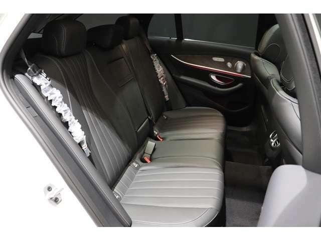 【ラグジュアリーな乗り心地のEクラス後部座席】後部座席にもシートヒーターを装備!暖かいおもてなしに、ゲストに喜ばれること間違いなしですね!