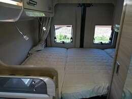 安らぎの空間となるベッドルームは、大人2名がゆったりとお使い頂けます。1900mm×1150mm~1300mm。特別なベッドマットに木製スプリングマットが体をしっかりと支えてくれます。