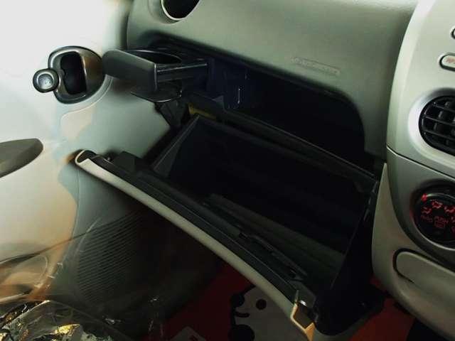 小物入れ等の収納が多くて便利!!あると便利なドリンクホルダー。