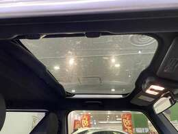 【 サンルーフ (ムーンルーフ)】解放感溢れるサンルーフ♪車内には爽やかな風や太陽の穏やかな光が差し込みます♪