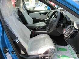 専用インテリア&専用ホワイトXグレーカラー本革シート搭載♪ 清潔感のあるインテリアとなります♪ 質感の良い本革シートでドライブをサポートしてくれます♪