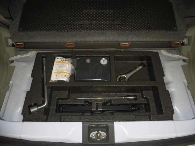 サブトランクにはパンク修理キット等の車載工具が積載されています!!