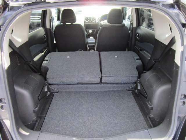 後部座席を倒すと広いラゲッジスペースとして使えます!