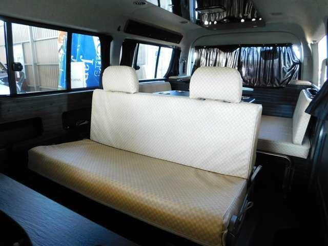 セカンドシートは前向き・後ろ向き・ベッドへと展開変更が可能 サードシート部分は横座り3名ずつです。