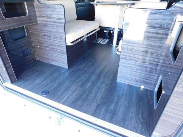 黒基調の床材・家具材と白基調のソファベッドがシンプルで飽きの来ない作りです。