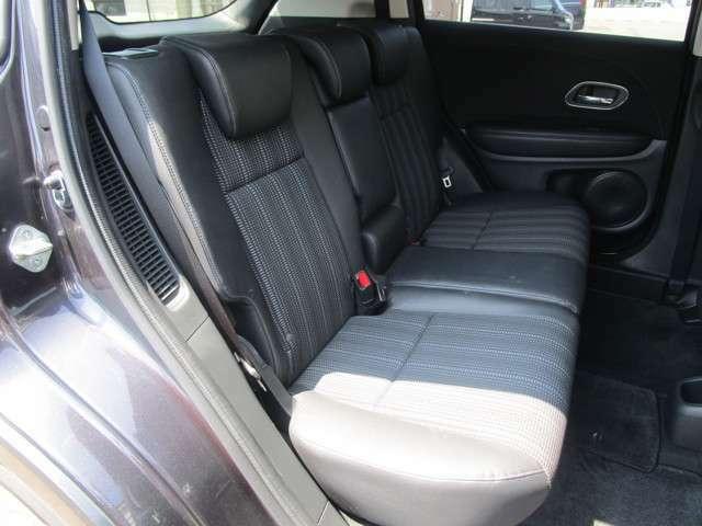 後部座席も大人が乗っても広々快適にドライブを楽しめますよ!