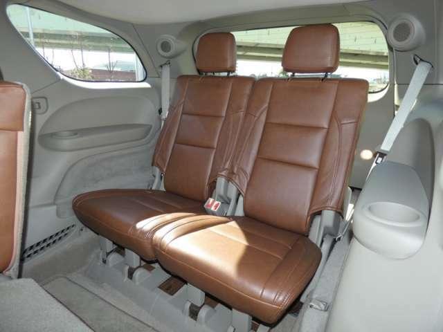 サードシート ヘッドレストはワンタッチで可倒します。