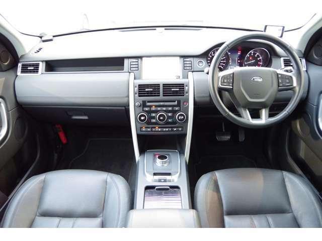 ブラックを基調としたインテリアとなっております。触り心地の良い本革シートで長距離の運転でも疲れにくいシートとなっております♪