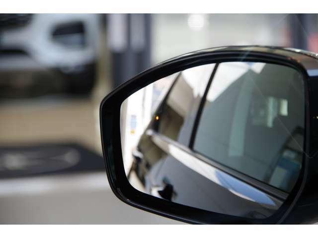 『ブラインドスポットモニター』後方死角からの車両や自転車などを検知。車線変更時にそれらを検知しますと赤く点灯し知らせてくれる装備です♪