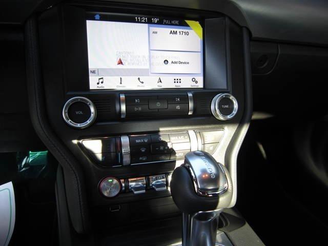レーンキープアシストや、衝突軽減ブレーキも備わっております。SYNC機能を搭載しており、ステアリング、オーディオをスマートフォンと連動させることが可能となっております。