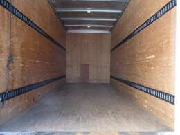 荷台の詳細と致しまして、最大積載量2,000kg、荷台後ろ開口部の詳細と致しまして、幅:169cm 高さ:202cm 地上高:80cmとなっております。ボディはパブコ製です